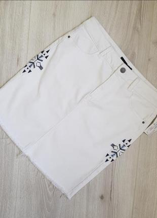 Белая джинсовая мини юбка с вышивкой
