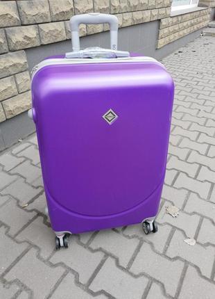 Дорожный чемодан на 4 колесах пластик