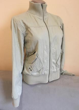 Бежева коротка куртка весна демисезон вітровка з карманами