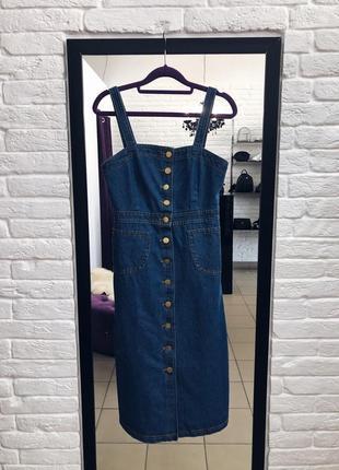 Стильный джинсовый сарафан с пуговицами по всей длине