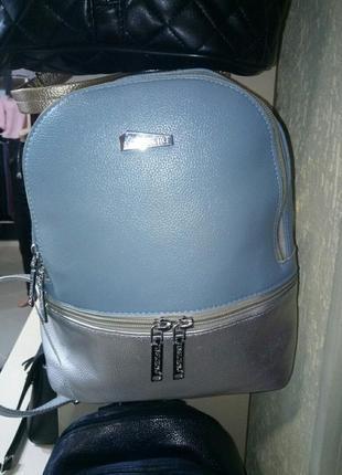 Модний невеликий рюкзак.