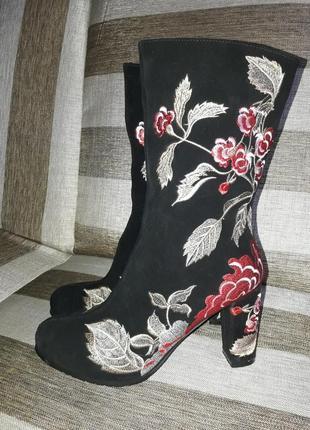 Тренд сезона замшевые ботинки с вышивкой