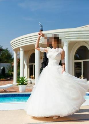 Роскошное свадебное платье со шлейфом по доступной цене