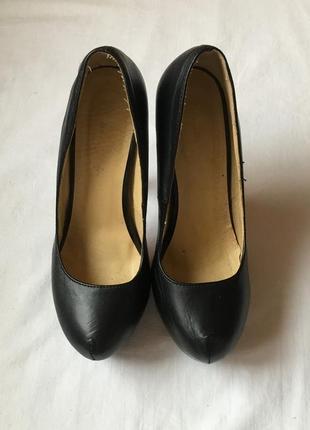 Туфли черныё на высоком каблуке