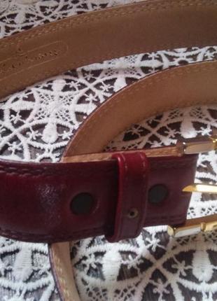 Коричнево-красный кожаный  ремень с золотистой пряжкой