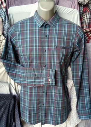 Молодежная приталенная мужская рубашка на кнопках.