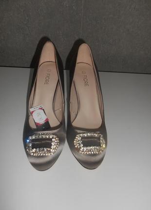 Симпатичные атласные туфли