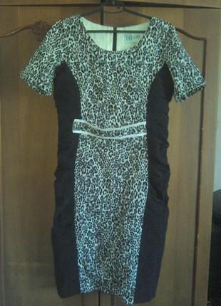 Красивое платье леопардовой расцветки с черными вставками по бокам