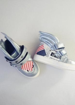 Новые ботинки кроссовки стильные с крыльями