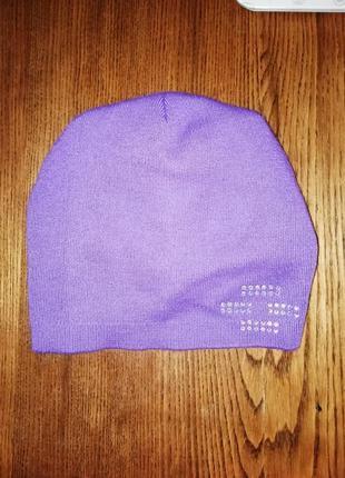 Женская фиолетовая шапка со стразами