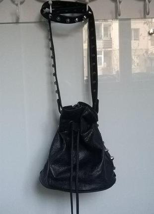 Сумочка мешок черная через плечо сумка с заклепками шипами