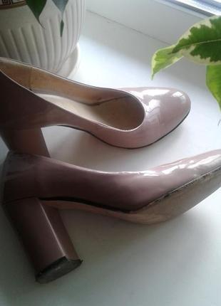 Лаковые нюдовые туфли из натуральной кожи.