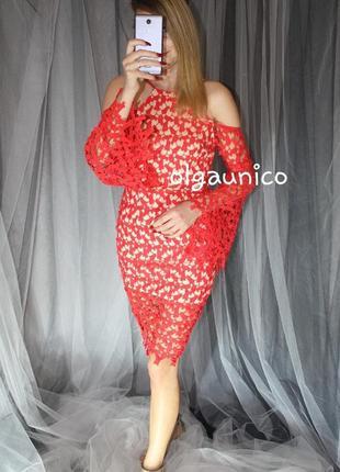 Ажурное платье с клешными рукавами и открытыми плечами
