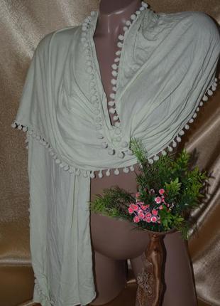 Нежно салатовый шарф, палантин с бубончиками от cecil -германия.