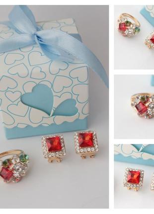 Кольцо и серьги с красным камнем в коробочке