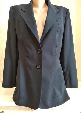 Классический удлиненный шерстяной пиджак.