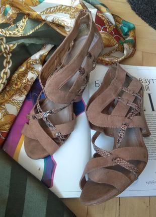 Босоножки, туфли с переплетами