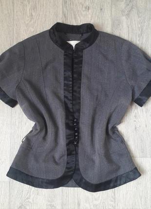 Класична безрукавка під блузку