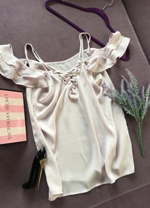 Трендовая блуза с шнуровкой на декольте , открытыми плечиками  и рюшами