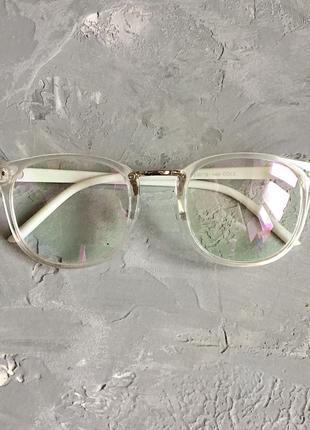 Имиджевые очки с прозрачной оправой и белыми дужками