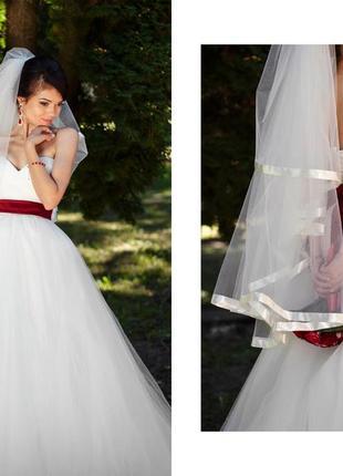Платье цвета айвори.