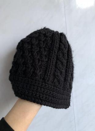 Красивая шапочка кепочка вязанная с вязанным козырьком черная reserved