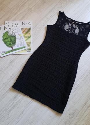Черное мини-платье с кружевом