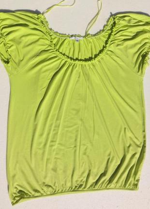 Мягенькая салатовая блуза с оголёнными плечами.