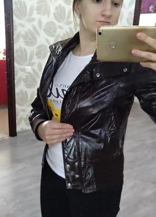 Мягкая стильная кожаная куртка с манжетами