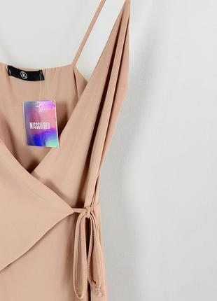 Красивое нежное привлекательное облегающее нюдовое платье на запах missguided