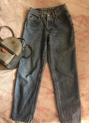 Трендовые джинсы-мом от mustang