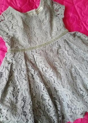 Нежное фирменное детское пышное кружевное платье светлосерого цвета
