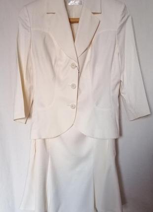 Прекрасный светлый костюм пиджак с юбкой нарядный