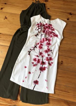 Білосніжна сукня з дуже гарними квітами