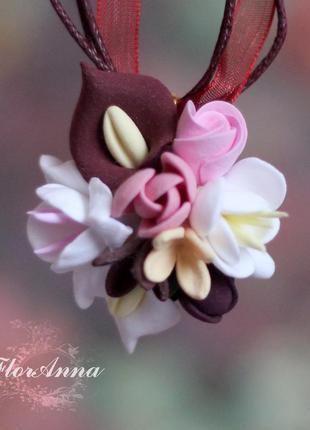 """Кулон с цветами ручной работы """"каллы с фрезиями и розами"""""""