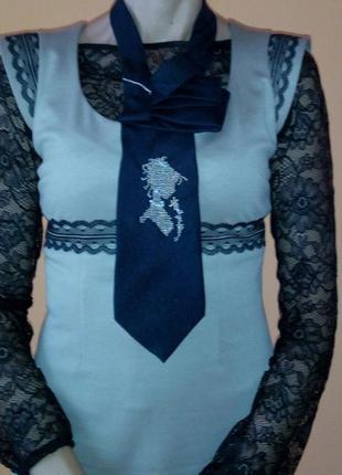 Вышитая чешским бисером нежная камея на мужском галстуке