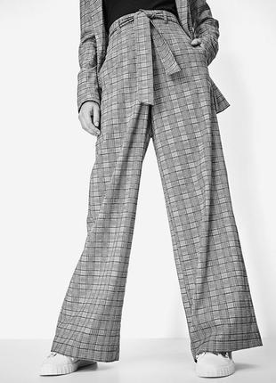 Оригинальные брендовые широкие брюки в клетку stradivarius,с пояском и высокой талией