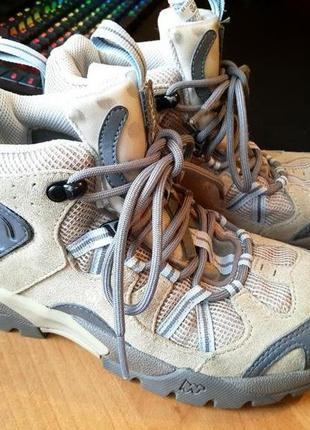 Трекинговые ботинки унисекс фирмы quechua