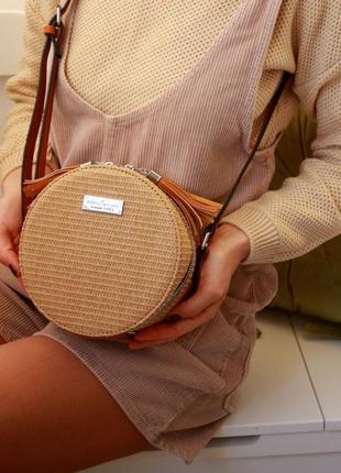 Стильные круглые текстурированные сумочки через плече