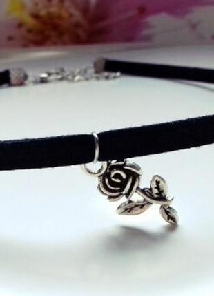 Замшевый черный чокер с розой античное серебро