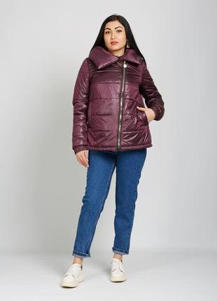 Короткая демисезонная атласная куртка с косой молнией марсала, фиолетовая
