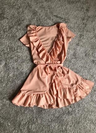 Платье с рюшами, воланами на запах