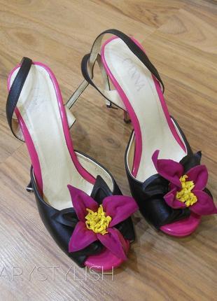 Красивые босоножки на миниатюрную ножку с цветком на каблуке