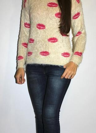Бежевый свитер травка , в губках -- очень красивый