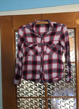 Базовая рубашка в клетку,с длинными рукавами,и кармашками на груди.