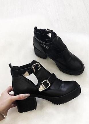 Крутые кожаные боты на невысоком каблуке