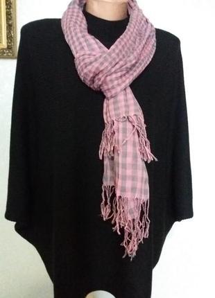 Серо-розовый жатый шарф.
