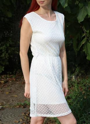 Фактурное белое платье