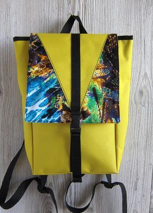 Яркий рюкзак небольшого размера
