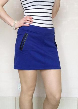 Стильная трикотажная мини юбка с отделкой из эко кожи chillin crop